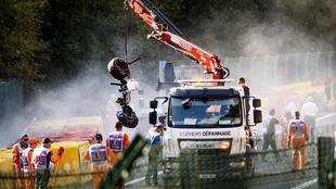 Un camión grúa recoge los restos del accidente.