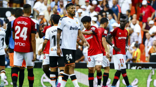 Kubo y Kangin se saludaron al acabar el partido entre el Valencia y el...