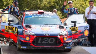 Dani Sordo, a la derecha, con su Hyundai.