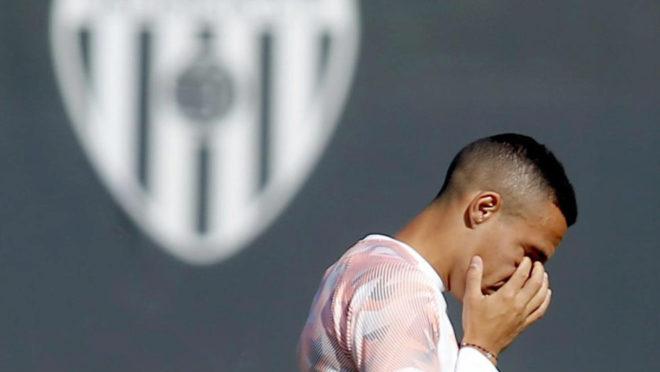 Rodrigo durante un entrenamiento del Valencia.