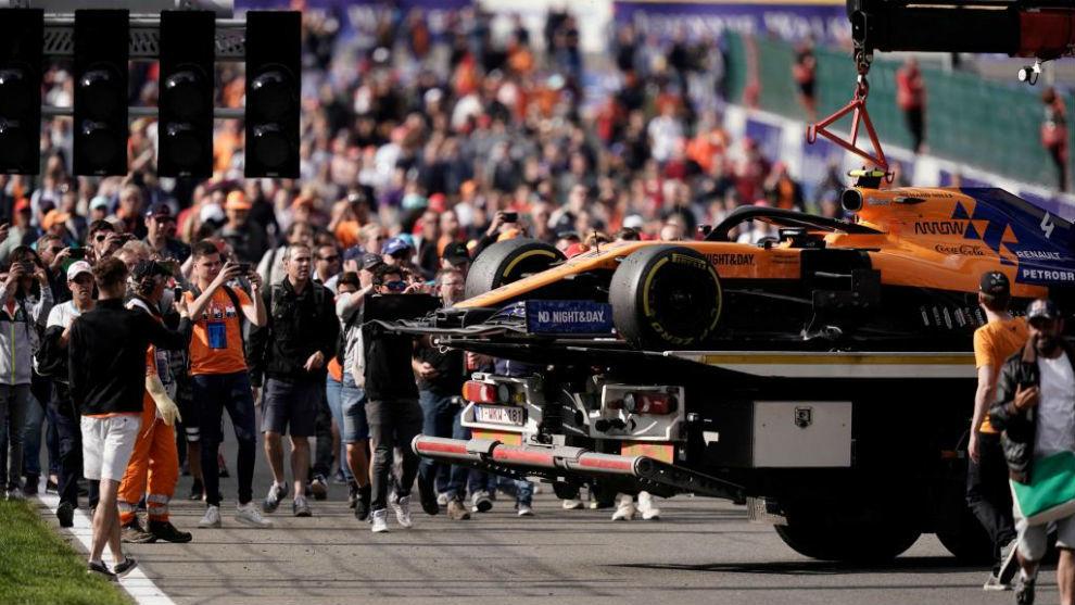 El McLaren de Norris, sobre la grúa, como el de Sainz, el pasado...
