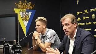 El director deportivo Óscar Arias presenta a Iván Alejo en el...