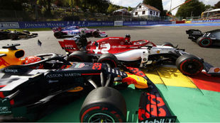 El toque entre Verstappen y Raikkonen, en Spa.