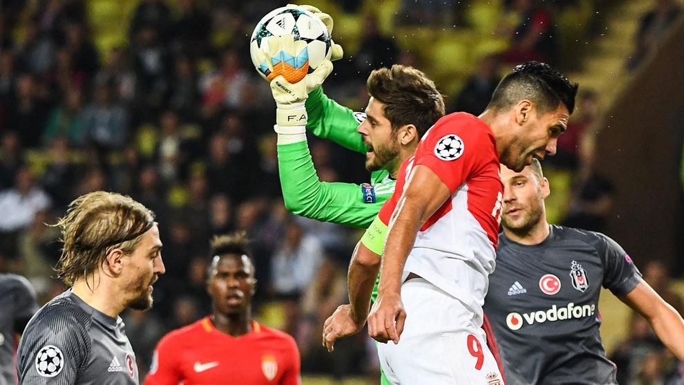 Fabricio detiene un centro en el duelo contra el Mónaco en la...
