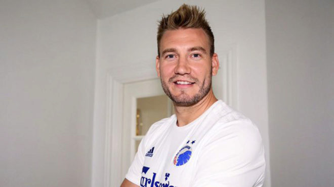 Bendtner posa con la camiseta del Copenhague.