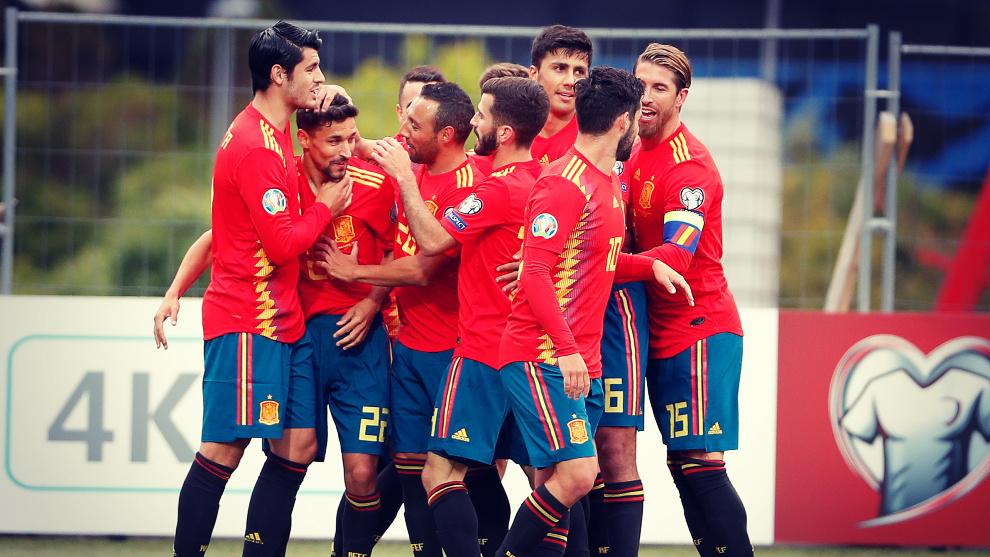Los jugadores de la Selección de fútbol de España celebran un gol...