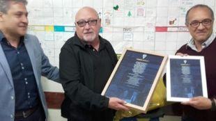 El chirigotero Manolo Santander recogiendo el premio por el 20...