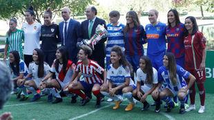 Las jugadoras de cada uno de los clubes posan con Rubiales y Galán