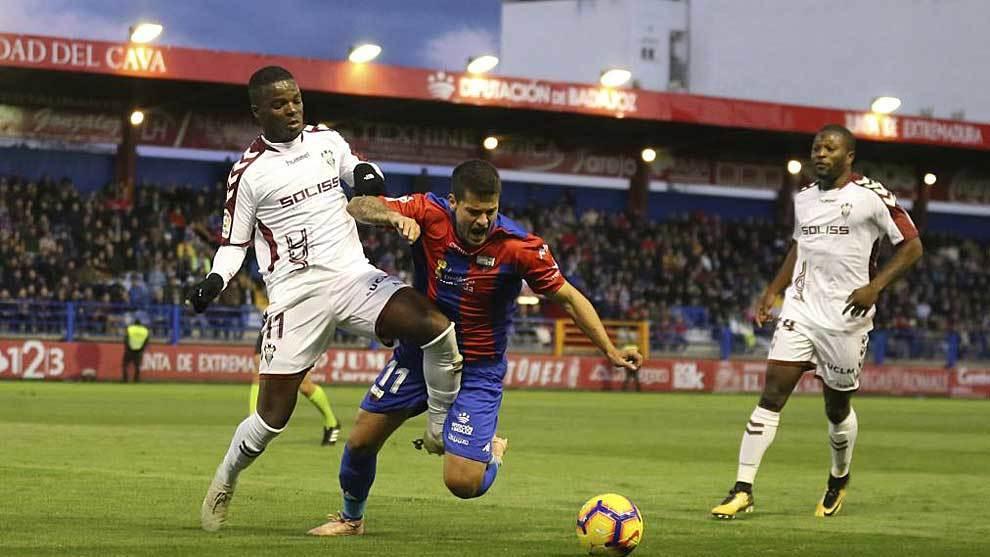 Malsa, ante Olabe, en el partido del Albacete en Almendralejo la...