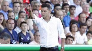 Iván Ania hace indicaciones a sus jugadores en El Sardinero