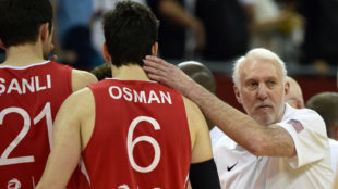 Popovich consuela a Osman al final del partido