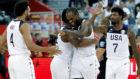 Los jugadores de la selección americana se abrazan tras la victoria