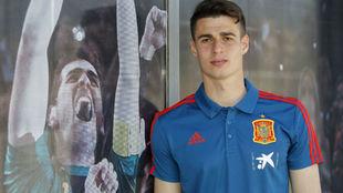 Kepa posa para MARCA junto a una imagen de Casillas.