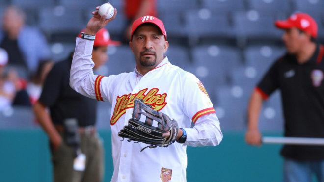 Pérez lanza la primera bola.