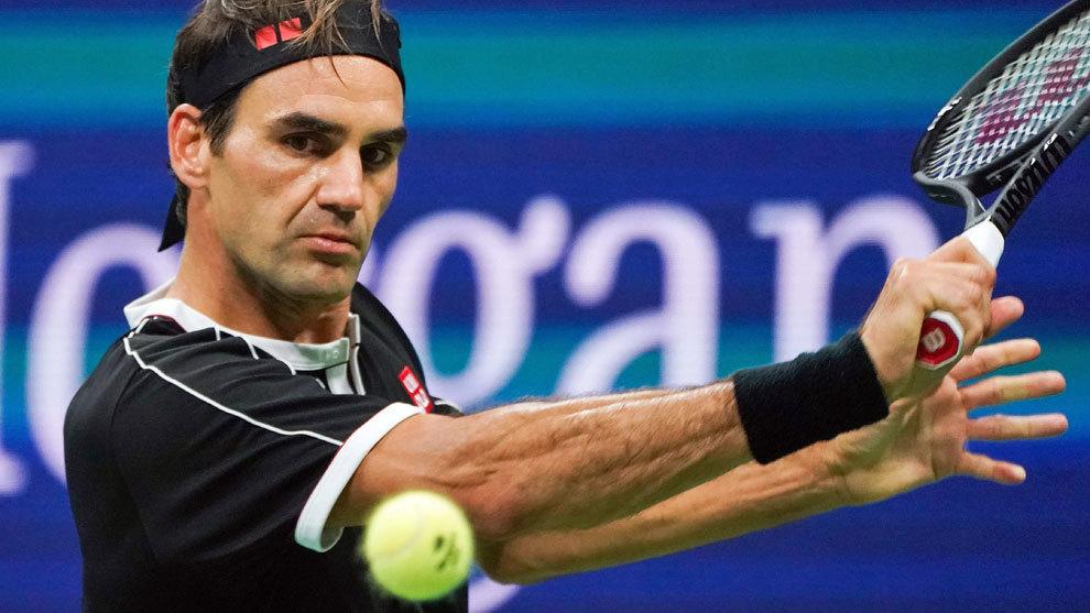 Federer golpea la bola durante su partido