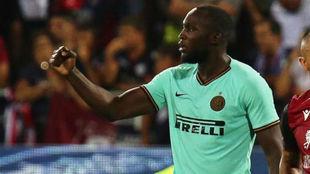 Lukaku celebra su gol al Cagliari.