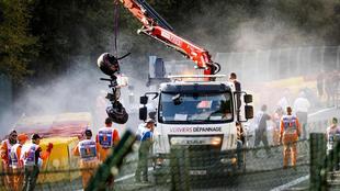 Los comisarios de Spa retiran los restos del accidente.