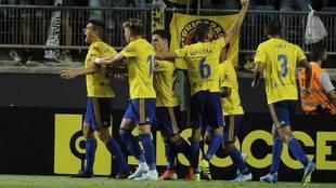 Garrido celebra con sus compañeros el gol del triunfo al Extremadura
