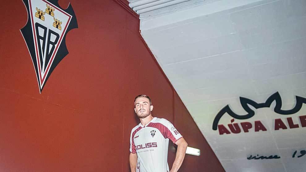 Leonardo Capezzi posa con su nueva camiseta delante de su nuevo escudo