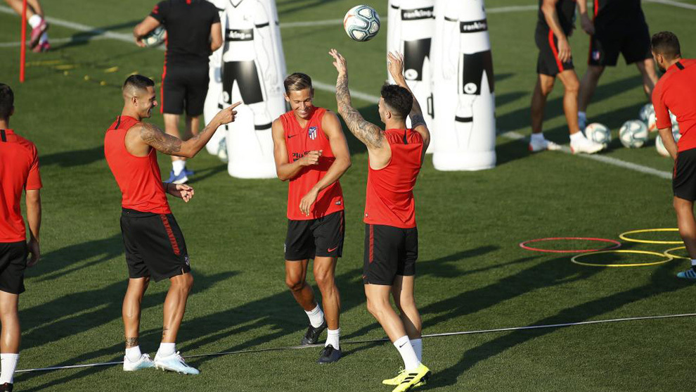 Vitolo, Llorente and Hermoso during training.