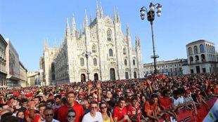 Il Duomo, de fondo con los 'tifosi', delante.