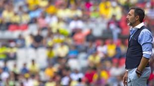 Gustavo observa un partido en el Estadio Azteca.