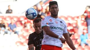 Eduardo Herrera pelea por un balón en el aire.