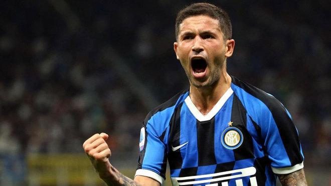 Sensi celebra un gol con el Inter.