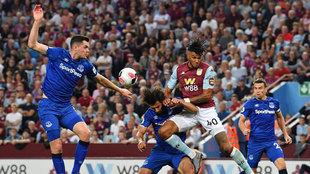 Mings, con el Aston Villa ante el Everton.