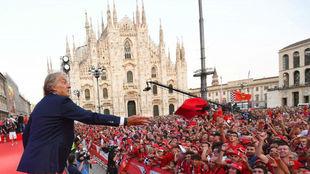 Montezemolo saluda a los 'tifosi' en la plaza del Duomo de MIlán