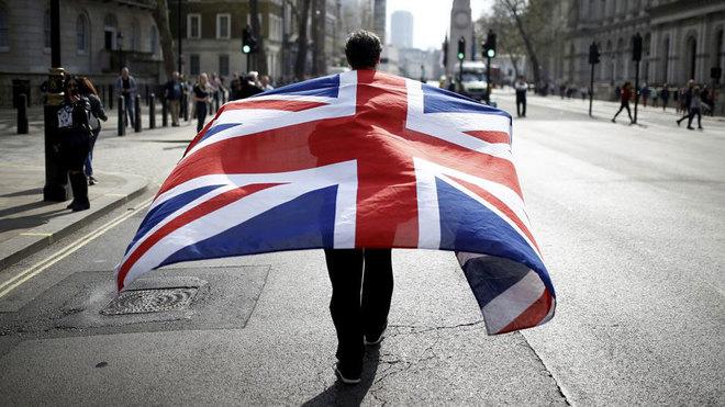 Un manifestante con la bandera del Reino Unido.