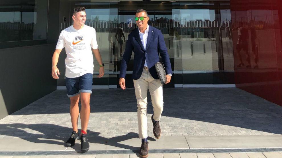 Iturbe y su agente José Miguel González, tras firmar el contrato.