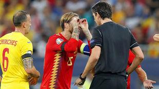 Ramos gesticula ante Aytekin después de su primer gol.