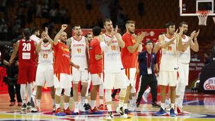 Los jugadores de la Selección Española aplauden tras la victoria...