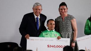 López Obrador junto a un premiado y Ana Guevara.