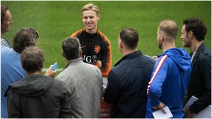 Frenkie de Jong atiende a los medios en la concentración de Holanda.
