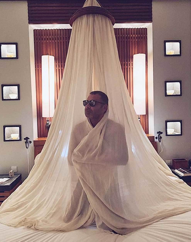 Jorge Javier Vázquez desnudo cubierto por una mosquitera
