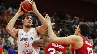Boban Marjanovic intenta levantar el balón ante Balkman y Díaz