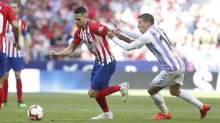 Vitolo lucha por un balón con Alcaraz en el partido de la pasada...