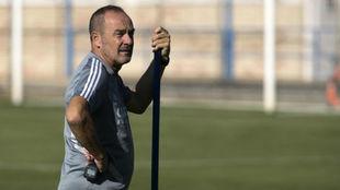 Víctor Fernández observa un entrenamiento.