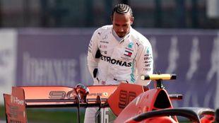 Lewis Hamilton observa el Ferrari tras el GP de Bélgica.