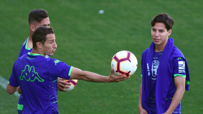 Andrés Guardado y Diego Lainez, en una práctica del Betis.