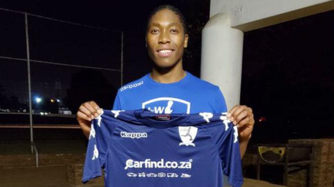 Caster Semenya posa con la camiseta de su equipo de fútbol.