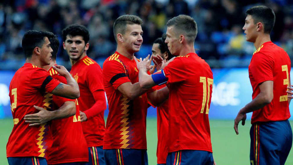Los jugadores de la sub 21 celebran el gol de Dani Olmo.