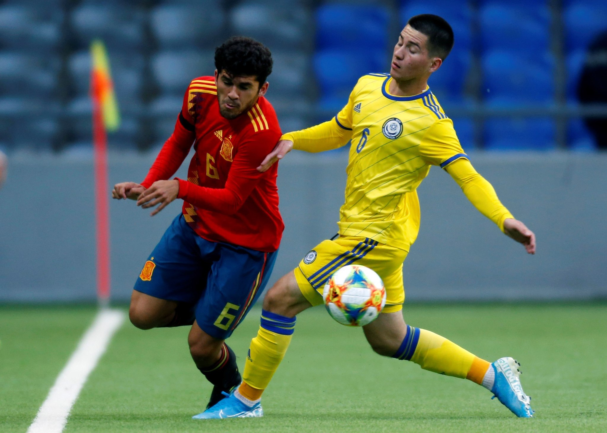GRAF7437. ASTANA, 06/09/2019.- El centrocampista de la selección española de Fútbol Carles Aleña (i), y el centrocampista de la selección de Kzajistán Adam Adakhajiev (d), durante el partido sub-21 clasificatorio para la Eurocopa 2021 disputado en el estadio Astana Arena.- EFE/Stas Filippov