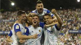 Los jugadores del Real Zaragoza celebran el gol de la victoria de Luis...