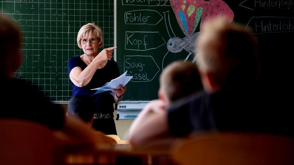 Statista ofrece un gráfico con el sueldo anual bruto de maestros de...