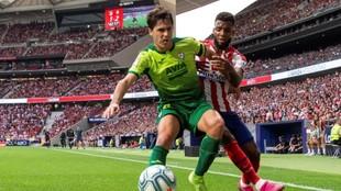 Álvaro Tejero luchando por el balón con Lemar