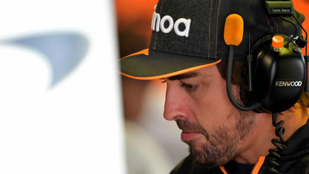 Alonso, en el box de McLaren en Monza.