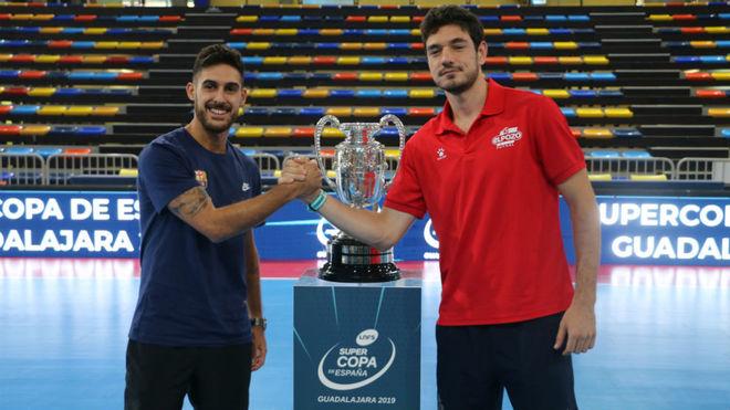 Adolfo y Marc Tolrá posan junto al trofeo de la Supercopa.